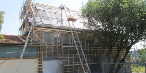 PV-Solarmodule, Dachfenster und Ziegeldeckreichen bilden architektonische Gliederung